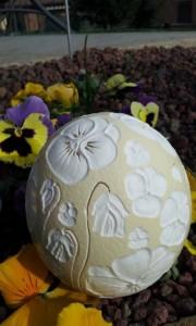 Uovo viole del pensiero in giardino