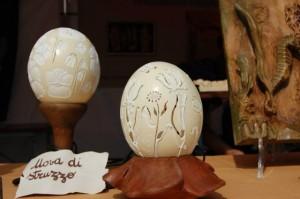 ..altre uova di struzzo esposte.